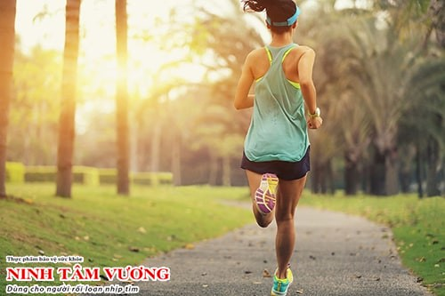Mặc quần áo thoải mái, thấm mồ hôi khi tập luyện vào mùa hè