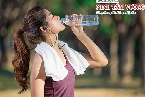 Uống nước đầy đủ mỗi 30 phút để đảm bảo cơ thể không bị mất nước