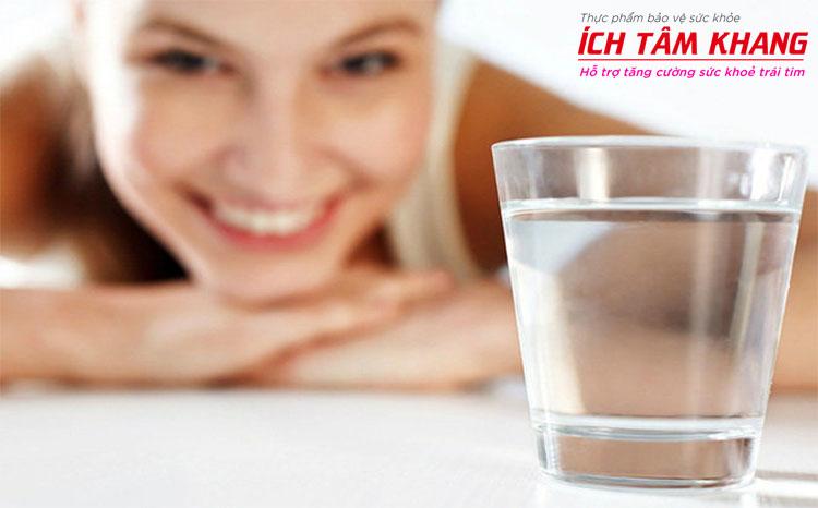 Đừng quên bù nước cho cơ thể khi bị sốt