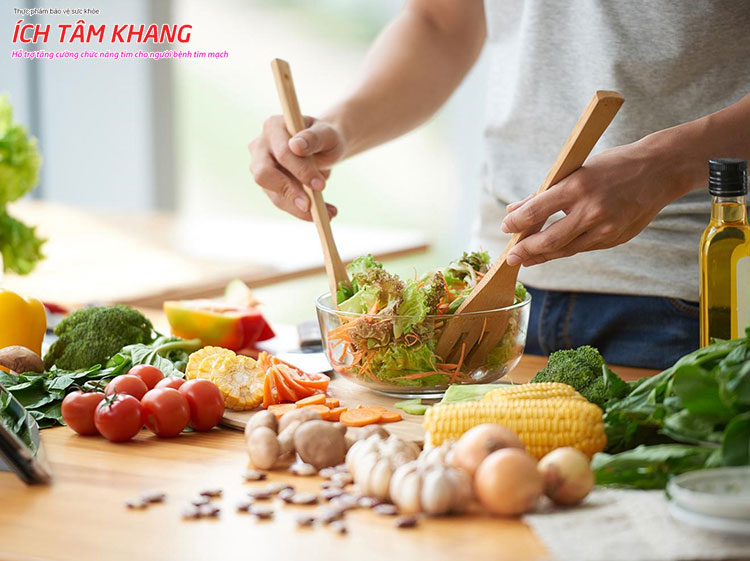 Người bệnh suy tim nên ăn salad rau hoặc rau luộc thay vì rau xào.