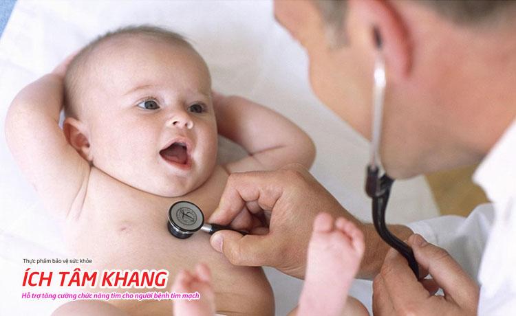 Hở van tim 3 lá 2/4 ở trẻ sơ sinh do dị tật cấu trúc van cần được điều trị