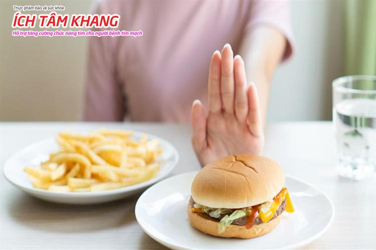 Sau đặt stent cần tránh ăn những thực phẩm giàu cholesterol, thức ăn chế biến sẵn gây bất lợi cho tim