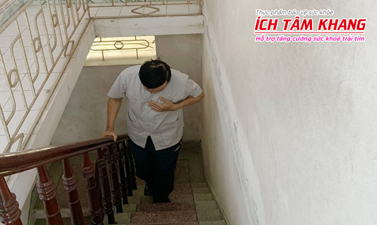 Người suy tim độ 2 có thể bị khó thở khi leo cầu thang, làm việc gắng sức