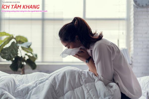 Ho, khó thở xuất hiện kể cả lúc nghỉ ngơi ở người bệnh suy tim giai đoạn cuối