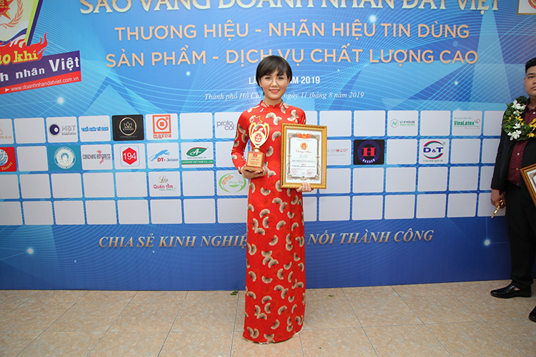 Đại diện nhãn hàng Glutex, dược sĩ Lê Hoa lên nhận giải thưởng