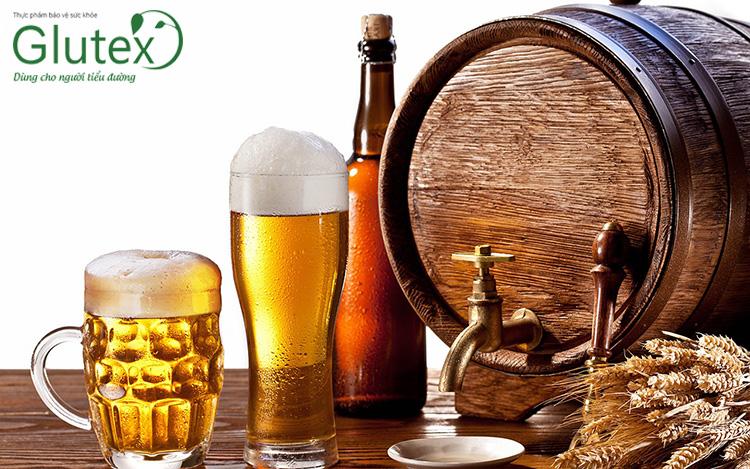 Rượu bia làm tăng cao nguy cơ xuất hiện tác dụng phụ hạ đường huyết, bạn cần tránh sử dụng bia rượu trong thời gian uống Diamicron.