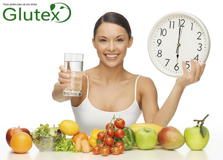 Chế độ ăn lành mạnh và uống thuốc đúng giờ là lưu ý quan trọng khi dùng Metformin
