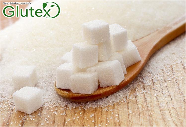 """Tiểu đường là bệnh mãn tính đặc trưng bởi tình trạng lượng đường trong máu tăng cao. Điều này khiến nhiều người băn khoăn """"Vậy ăn nhiều đường có bị tiểu đường không?"""" Bài viết dưới đây sẽ giúp bạn trả lời câu hỏi này.   Liệu ăn nhiều đường, nhiều đồ ngọt có gây ra bệnh tiểu đường? https://i0.wp.com/epochaplus.cz/wp-content/uploads/2018/05/cuk%C5%99%C3%ADk.jpg?fit=1594%2C1089&ssl=1 Mối liên hệ giữa đường trong thức ăn và lượng đường trong máu Phần lớn lượng đường trong máu đến từ thức ăn. Có thể dưới dạng trực tiếp như đường tinh luyện, nước ngọt, trái cây ngọt, siro… hoặc gián tiếp qua thực phẩm giàu tinh bột cơm, bún, miến, phở... Sau khi được tiêu hóa tại dạ dày, ruột non, lượng đường này sẽ hấp thu vào máu.  Trong máu, đường được gắn với insulin do tuyến tụy tiết ra và đi tới các tế bào để chuyển thành năng lượng. Chỉ một lượng đường vừa phải được giữ lại trong máu để sẵn sàng chuyển hóa khi cơ thể cần thêm năng lượng. Ăn nhiều đường có bị tiểu đường không? Một số nghiên cứu cho thấy, những người ăn nhiều đồ ngọt sẽ có nguy cơ mắc bệnh tiểu đường cao hơn 25% so với những người không có thói quen này. Tuy nhiên, điều này không đồng nghĩa với việc cứ ăn đường hay thích đồ ngọt sẽ bị tiểu đường. Bởi việc tăng đường huyết còn liên quan đến khả năng tiết insulin của tuyến tụy cũng như hiệu quả làm việc của các hormone này.  Cụ thể hơn, với tiểu đường type 1, nguyên nhân gây bệnh là do tuyến tụy mất khả năng tiết insulin. Trong khi tiểu đường type 2 bắt đầu bằng tình trạng insulin làm việc không hiệu quả (kháng insulin) và tuyến tụy giảm tiết insulin. Việc ăn nhiều đường chỉ là một yếu tố gián tiếp khiến quá trình này bị đẩy nhanh hơn.   Người ăn nhiều đường có nguy cơ nhưng không chắc chắn 100% bị bệnh tiểu đường. https://baptisthealth.net/baptist-health-news/wp-content/uploads/2015/11/woman-holding-spoon-full-of-sugar.jpg Nên ăn bao nhiêu đường để hạn chế tối đa nguy cơ bị tiểu đường? Để giảm nguy cơ mắc tiểu đường, Hiệp hội Tim mạch Hoa Kỳ (AHA) khuyến cáo nam giới """