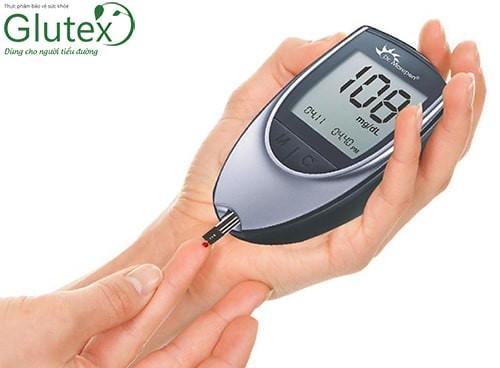 Theo dõi đường máu thường xuyên tại nhà để có điều chỉnh phù hợp trong các phương pháp điều trị
