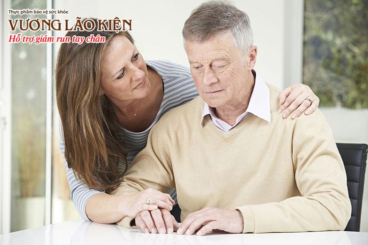 Có nhiều nguyên nhân gây run tay chân ở người già