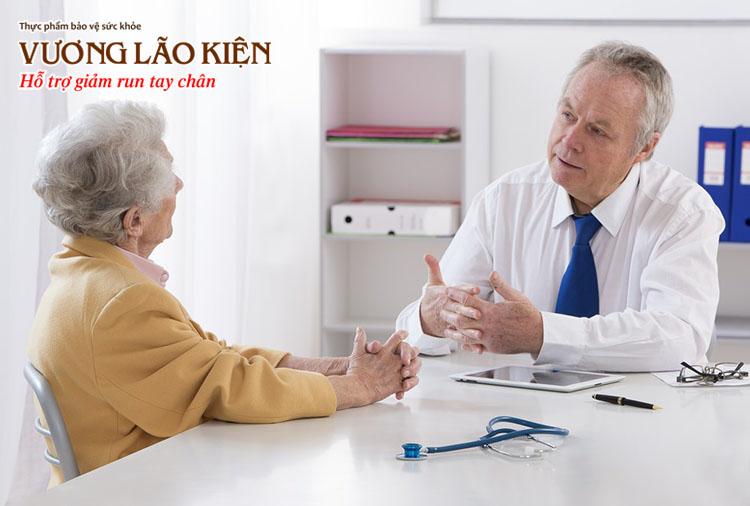 Thăm khám bác sĩ giúp tìm ra nguyên nhân gây ra bệnh run chân tay ở người già.