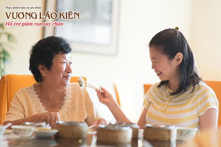 Sự quan tâm từ gia đình rất quan trọng trong điều trị run tay chân ở người già.