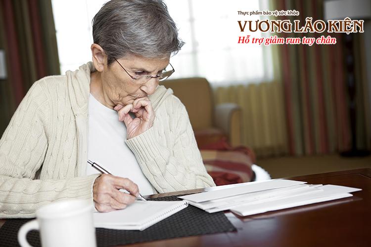 Viết chữ khó khăn, nét chữ nhỏ dần là một trong những dấu hiệu cảnh báo bệnh Parkinson