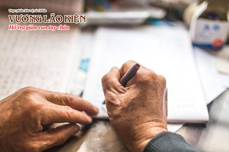 Chứng run tay do tuổi già khiến ông Dật không ký nổi tên mình (ảnh minh họa)
