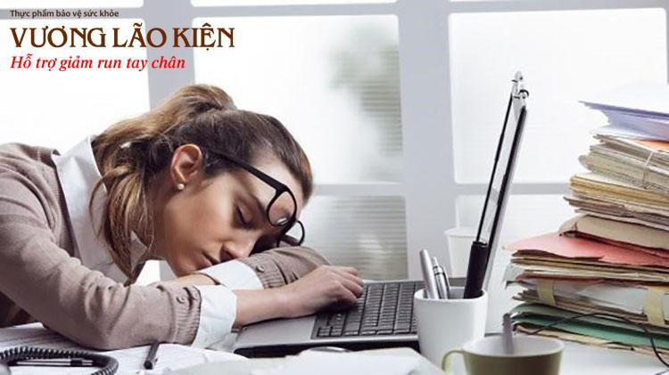 Stress vì công việc và cuộc sống quá mức là nguyên nhân gây rối loạn thần kinh thực vật khiến chân tay run rẩy mệt mỏi.