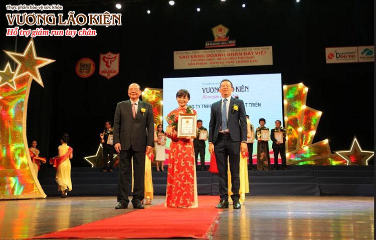 Đại diện nhãn hàng Vương Lão Kiện nhận Danh hiệu Thương hiệu – Nhãn hiệu tin dùng cho sản phẩm