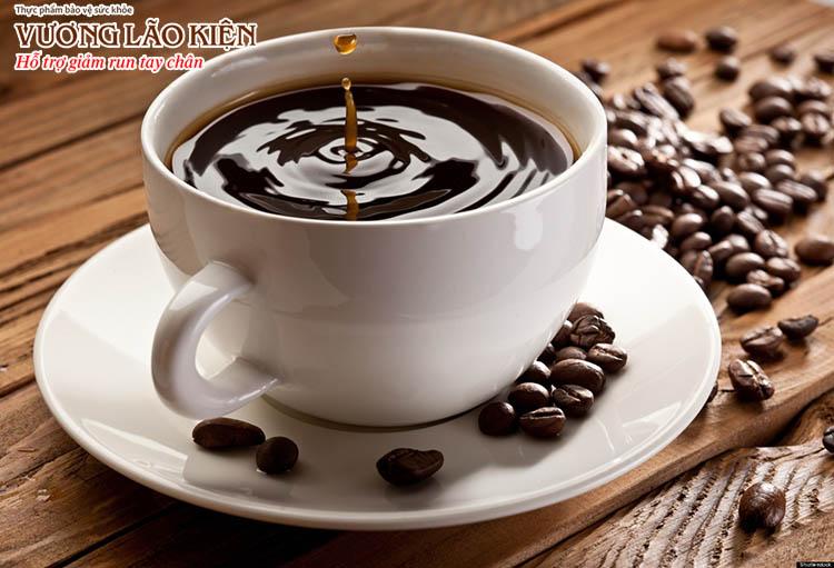 Cafein có trong cà phê, nước tăng lực là một chất kích thích hệ thần kinh khiến run càng nặng hơn
