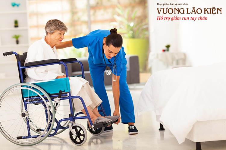 Không chỉ run tay mà ở giai đoạn cuối nhiều người bệnh Parkinson mất vận động và phải phụ thuộc vào xe lăn