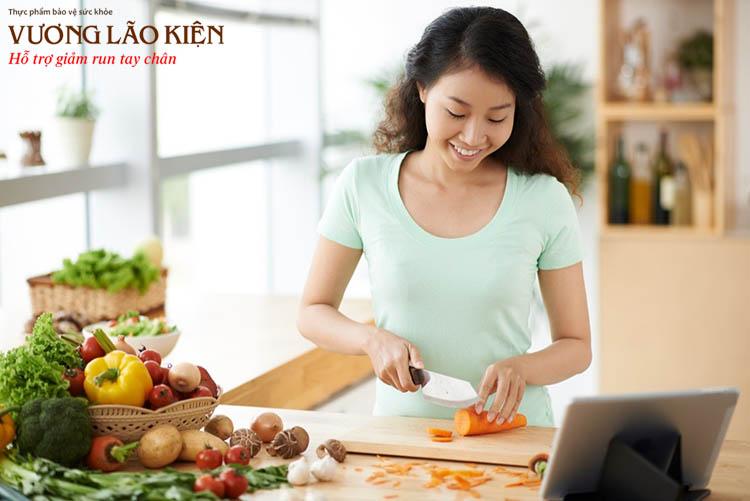 Lựa chọn rau củ quả, chế biến món ăn mềm, lỏng sẽ giúp người bệnh Parkinson ăn uống dễ dàng hơn