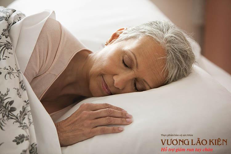 Ngủ đủ 7 - 8 tiếng mỗi ngày, ngủ đúng giờ sẽ giúp hệ thần kinh được nghỉ ngơi và thư giãn