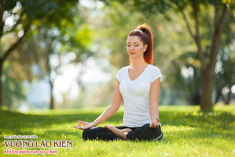 Sự tập trung vào hơi thở, thả lỏng cơ thể khi tập yoga, tập thiền sẽ giúp giải tỏa lo âu, áp lực