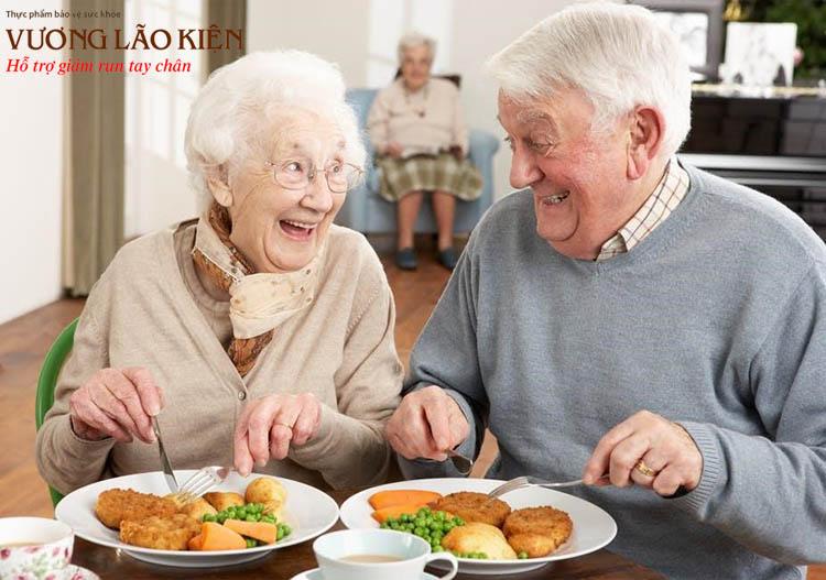 Tạo bầu không khí vui vẻ, thoải mái trong bữa ăn cũng là cách giúp người bệnh cải thiện khó nuốt
