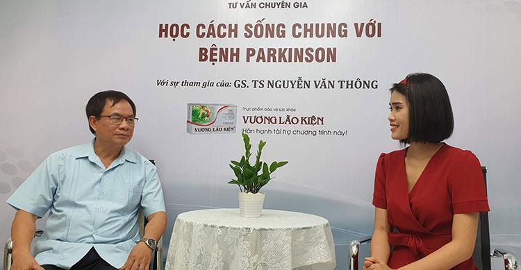 Giáo sư Thông trong buổi phỏng vấn cùng MC Trần Hằng