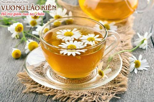 Người bệnh Parkinson nên uống các loại trà thảo mộc thay vì sử dụng cà phê, trà đặc