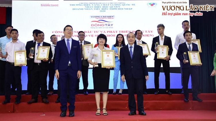 """Đại diện nhãn hàng Vương Lão Kiện được lên nhận giải thưởng """"Thương hiệu vàng - Chất lượng Quốc tế - Nhãn hiệu độc quyền 2020"""""""