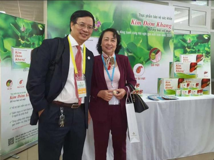 GS.TS Lê Trung Hải (Chủ tọa) và TS.BS Vũ Khánh Vân (Viện y học cổ truyền Quân đội) tham quan gian trưng bày sản phẩm Kim Đởm Khang