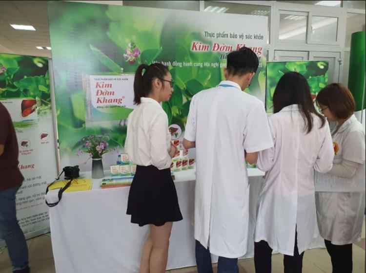 Gian trưng bày TPBVSK Kim Đởm Khang thu hút sự quan tâm của nhiều bác sĩ