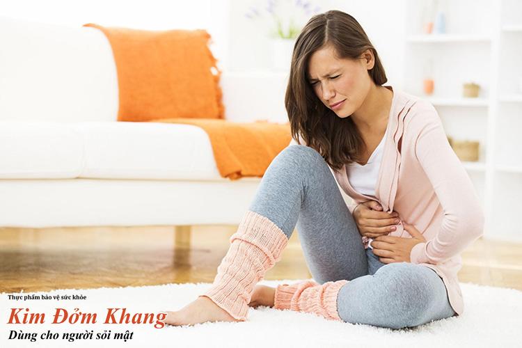 Sỏi ống mật chủ thường gây ra cơn đau quặn hạ sườn phải