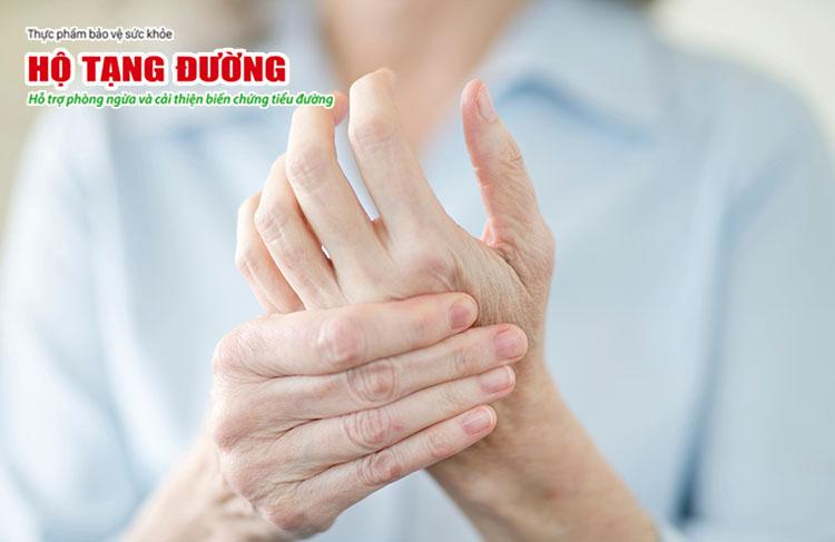 Tê bì chân tay là dấu hiệu của biến chứng thần kinh ngoại biên tiểu đường.
