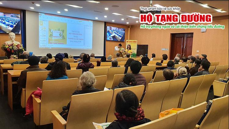 Đại diện nhãn hàng Hộ Tạng Đường phát tài liệu và tư vấn cho người bệnh