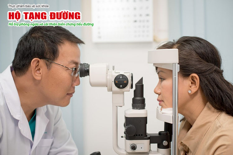 Muốn phát hiện sớm biến chứng mắt của tiểu đường, bạn nên đi khám mắt hàng năm.