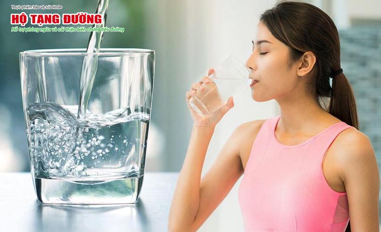 Nếu bạn phân vân không biết cách hạ đường huyết hiệu quả, hãy thử uống nước