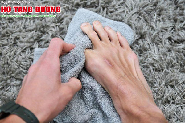 Bạn cần lau khô chân sau khi rửa, đặc biệt là ở các kẽ chân.