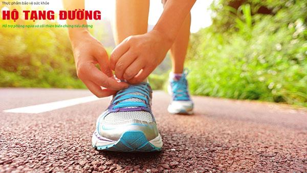 Đi giày tất vừa vặn giúp phòng ngừa biến chứng bàn chân tiểu đường.