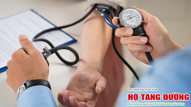 Kiểm soát mỡ máu, huyết áp giúp giảm nguy cơ biến chứng.