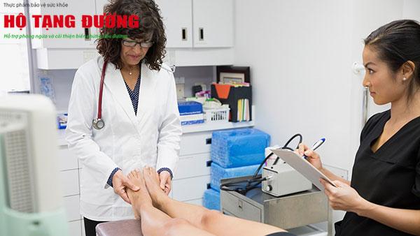 Nếu thấy vết loét ở bàn chân, hãy đến khoa chăm sóc bàn chân đái tháo đường thăm khám.