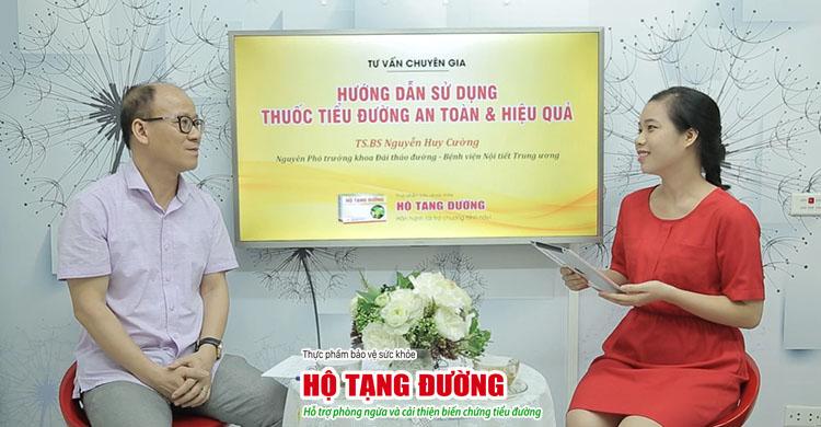 Bs Nguyễn Huy Cường trao đổi cùng MC Kim Chi.