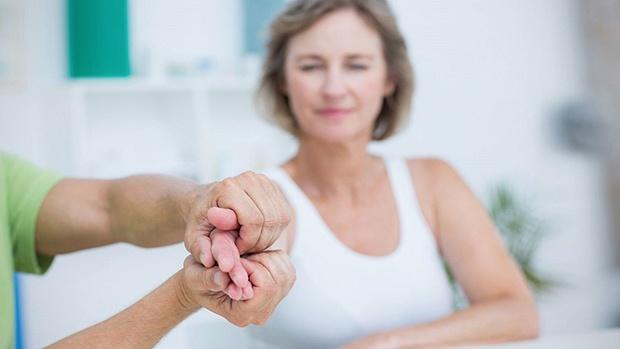 Tập vật lý trị liệu giúp người bị run tay chân thực hiện được những công việc hàng ngày