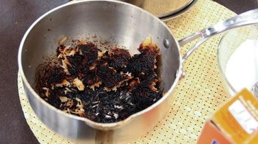 Cụ Hào thường xuyên quên không tắt bếp khiến cho nồi cháy đen