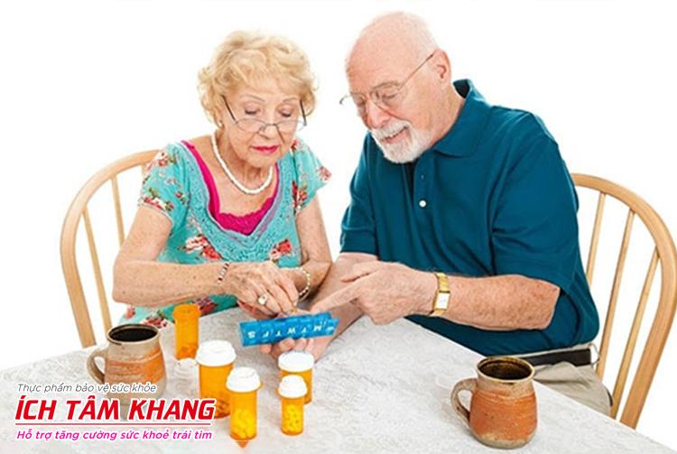 Uống thuốc đúng và đủ sẽ giúp hạn chế mức độ nguy hiểm của suy tim